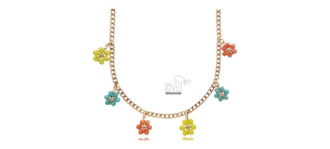 Halsketten mit Steinen und Perlen