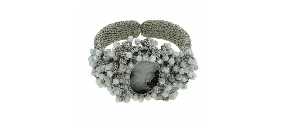 Armbänder aus Steinen und Perlen