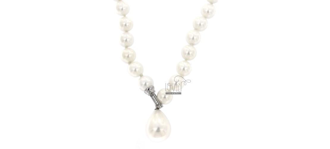 Halsketten aus Steinen und Perlen